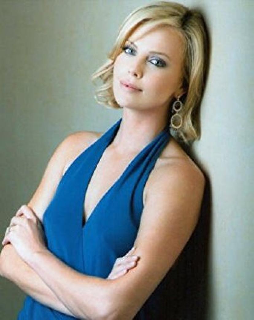 ブロマイド写真★シャーリーズ・セロン/青いドレスで腕を組む