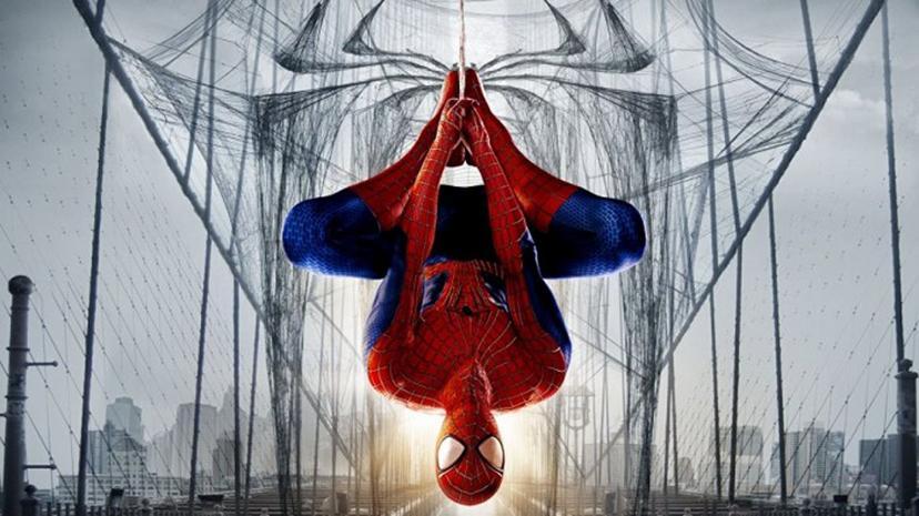逆さにぶら下がるスパイダーマンの画像