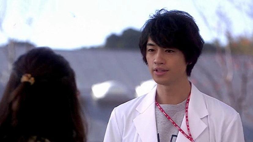 白衣を着ている斎藤工
