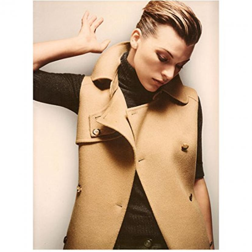 Milla Jovovich 8 inch by 10 inch PHOTOGRAPH The Fifth Element Ultraviolet Resident Evil from Waist Up Beige Jacket Over Black Sweater & Beige Background[ミラ・ジョヴォヴィッチ]