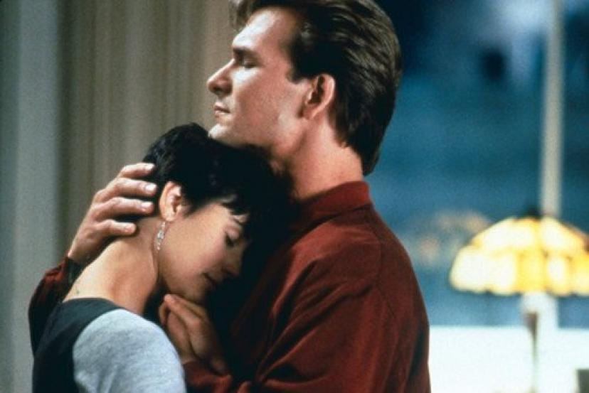Demi Moore and Patrick Swayze in Ghost embracing 11x17 Mini Poster[デミムーア][デミ・ムーア]
