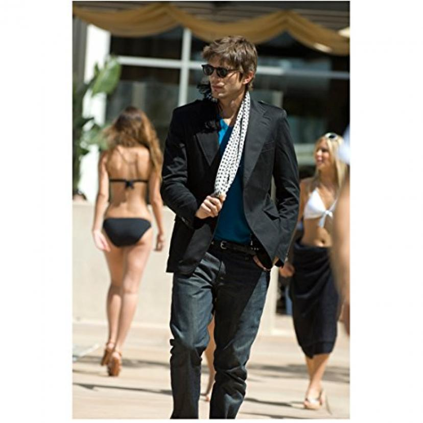 Spread Ashton Kutcher as Nikki walking outside hotel 8 x 10 Inch Photo[アシュトン・カーシャー][アシュトンカーシャー]