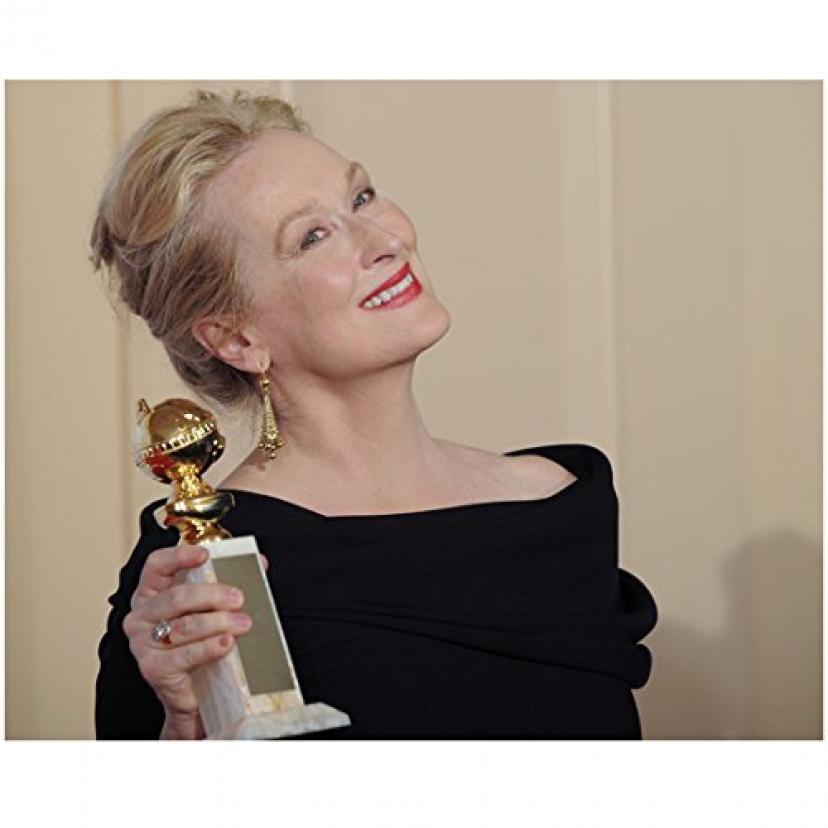 Meryl Streep 8 Inch x 10 Inch Photo in Black Dress Holding Her Golden Globe Award Pose 1 kn Photograp [メリル・ストリープ]