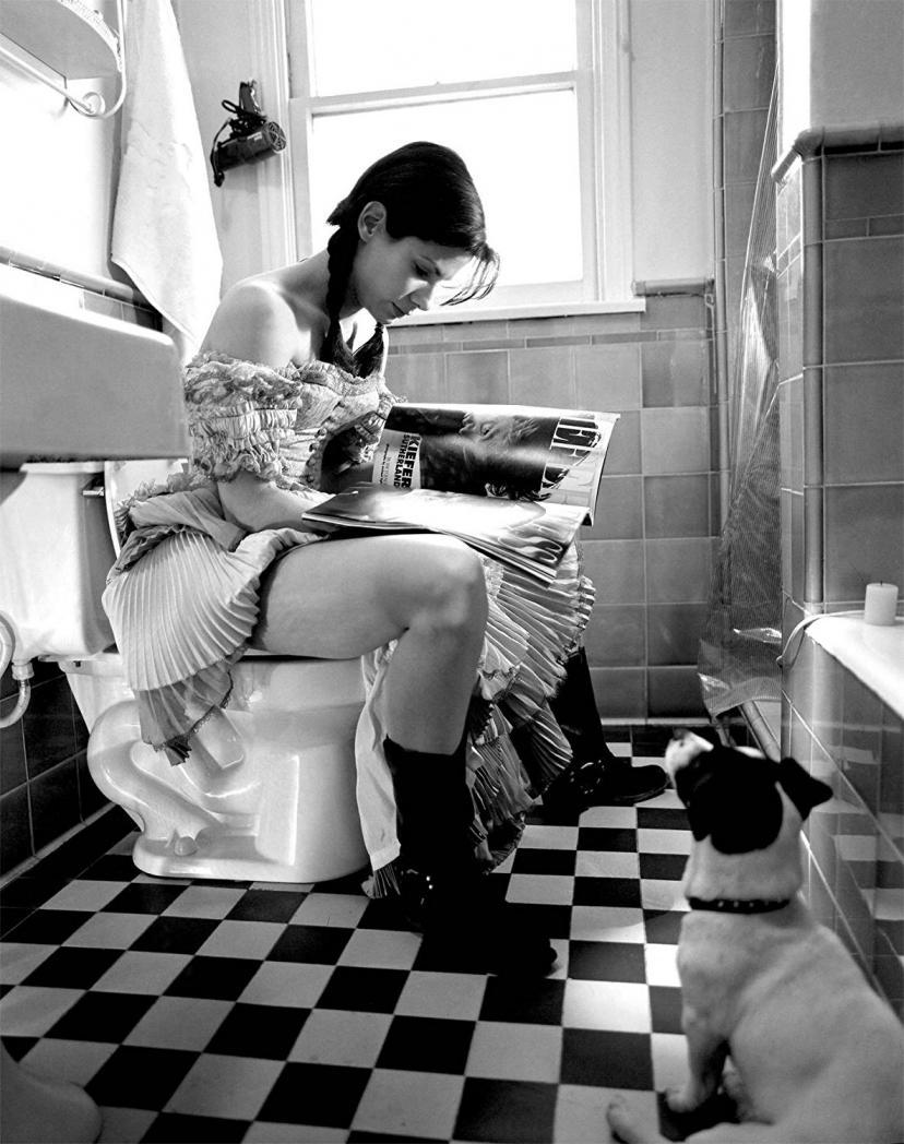 Sandra Bullock on the Toilet Reading 8x10 Photo[サンドラブロック][サンドラ・ブロック]