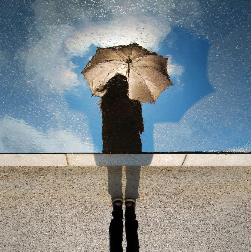 女性 傘 雨 フリー画像