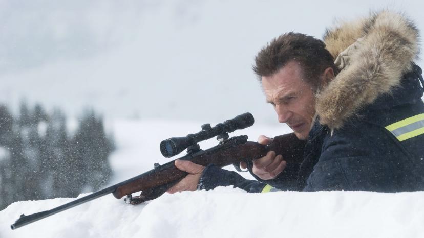 『スノー・ロワイヤル』銃を構えるリーアム・ニーソン