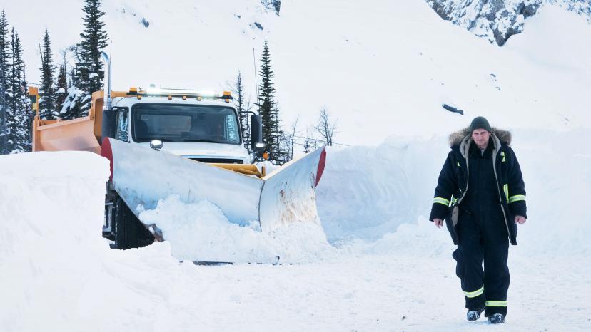 『スノー・ロワイヤル』雪上を歩くリーアム・ニーソン