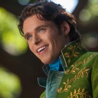 リチャード・マッデンは肉体美の露出を制御中?『シンデレラ』の王子様役俳優の秘話を紹介